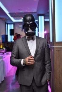 Öltönyös Darth Vader kortyolja a Whiskeyt a Star Wars fotósarok mellett