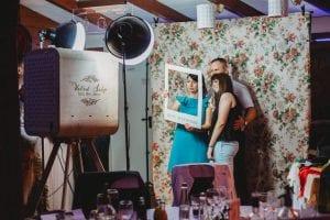 Selfieland-szelfigep-hasznalata-vintage-eskuvoi-fotosarokban