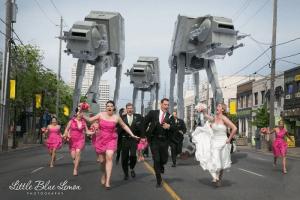 Star Wars esküvő násznépe menekül egy birodalmi lépegető elől