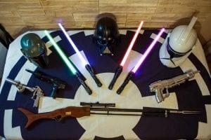 Star Wars szelfigép kellékek (fénykard, sisakok, Mandalóriai puska)